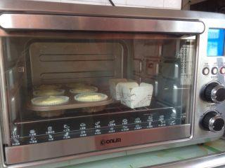 柠檬戚风纸杯蛋糕,放入到已经提前预热好的上火160度,下火140度的烤箱下层,烘烤35分钟左右。