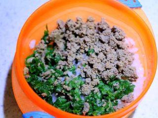 鸡肝青菜粥,青菜可以洗净切小块,加在粥里一起煮3分钟,也可以跟我一样另起一锅煮熟,跟鸡肝一起加进来。