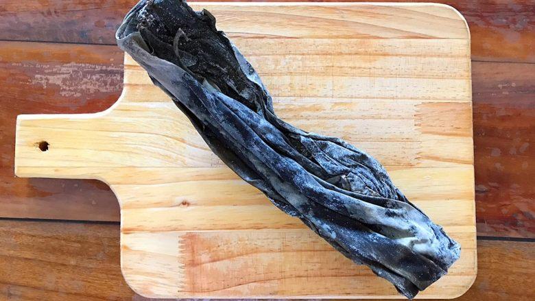 超简单的蒜蓉凉拌盐渍海带,首先我们来区分一下,这个是干海带!