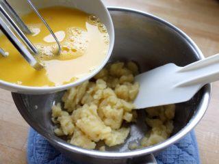 #不一样的泡芙#天鹅泡芙,6. 将蛋液分多次倒入面糊中,每一次都拌匀。