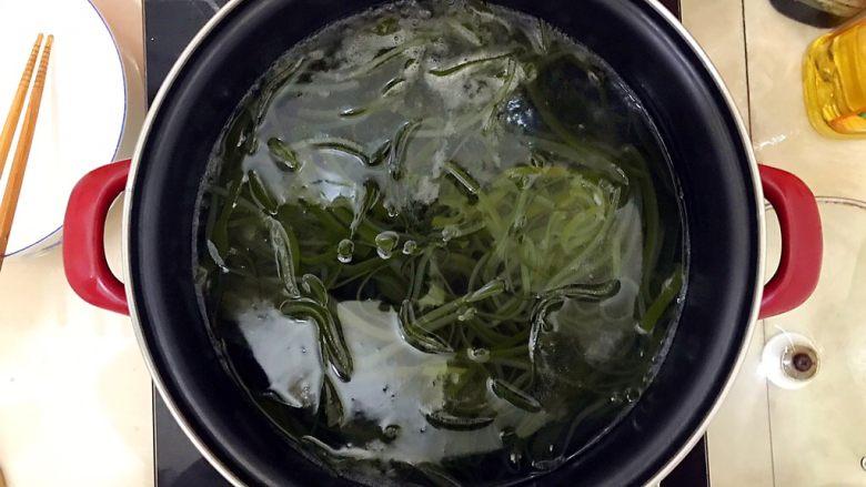 超简单的蒜蓉凉拌盐渍海带,水开后将海带丝放入,煮两分钟!对,就是两分钟!盐渍海带不同干海带,煮的时间越长会越硬,所以千万不要煮太久了,如果你不放心,可以在两分钟后夹一根起来吃吃看,看看有没有熟!