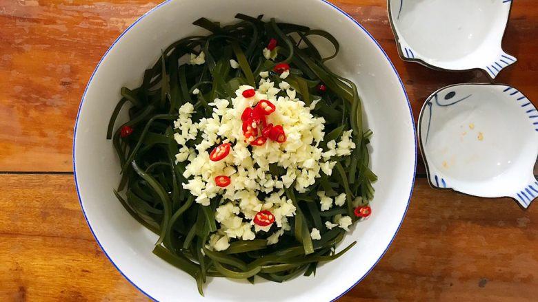 超简单的蒜蓉凉拌盐渍海带,放入小红辣椒!