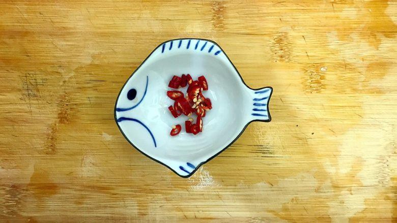 超简单的蒜蓉凉拌盐渍海带,小红辣椒切碎,备用!