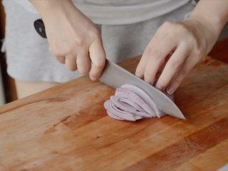 开胃番茄咖喱饭,洋葱切丝或者切粒,越小越好。