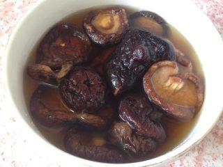 党参虫草乌鸡汤,香菇用温水泡发