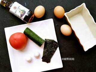 海绵宝宝鸡蛋羹,准备食材:鸡蛋3枚、鹌鹑蛋2枚、黄瓜1段、番茄1个、海苔2片、黑芝麻牛油果油(可用其它植物油代替)生抽1小碟(忘记拍进图片里了,大家脑补下吧😂)还有一个方形蒸蛋容器