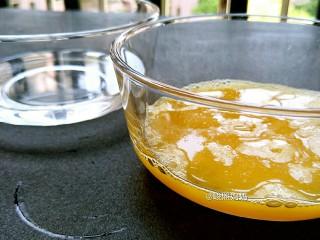 海绵宝宝鸡蛋羹,蛋液和温水比例1:1混合(一定要是温水哦)