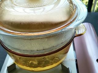 海绵宝宝鸡蛋羹,锅里水烧开后放入蛋液中火蒸10分钟。时间可以根据蛋量进行调整,两个蛋8分钟就行(我这里是三个蛋的量)