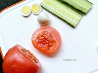 海绵宝宝鸡蛋羹,煮熟的鹌鹑蛋切片、黄瓜切片、番茄切一块备用