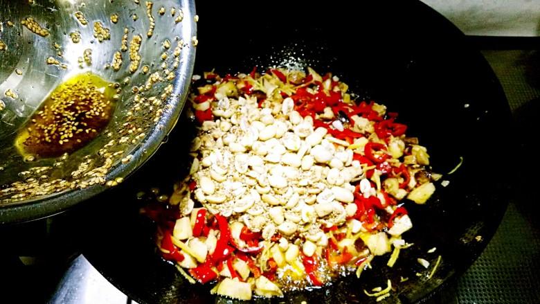 香菇辣酱,倒入炒好花生芝麻搅拌均匀