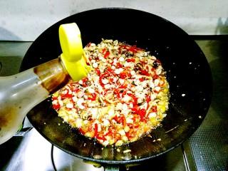 香菇辣酱,淋入15ml红烧酱油翻炒均匀