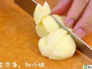 香烤土豆塔 宝宝辅食食谱,土豆洗净削皮,切小块。