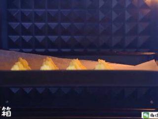 香烤土豆塔 宝宝辅食食谱,放入预热好的烤箱中层。
