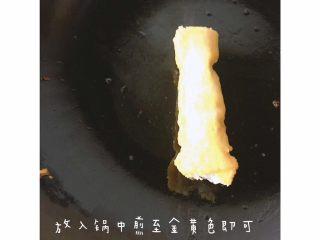 杂蔬虾球 土司南瓜卷,少许核桃油 将裹好的吐司放入锅内 煎至金黄即可