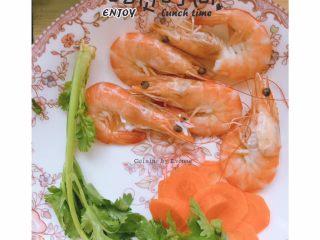 杂蔬虾球 土司南瓜卷,准备好香菜 鲜虾 红萝卜