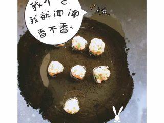杂蔬虾球 土司南瓜卷,少量核桃油 微热 放入虾球