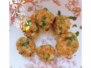 杂蔬虾球 土司南瓜卷,煎至金黄即可