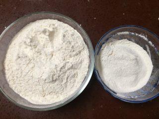 蜂蜜小面包,高筋面粉420g、低筋面粉80g称好备用.