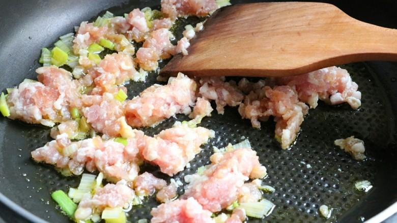 肉末蒸豆腐,再将肉末放入煸炒,火不用太大,不然肉末容易硬~
