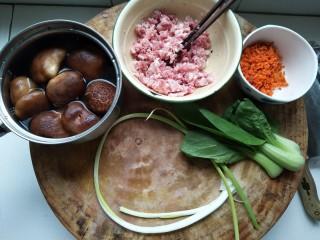 酿香菇,1.香菇放入淡盐水中,褶皱朝下,静泡5分钟~2.胡萝卜切丁,油菜洗净~3.肉剁成馅备用~