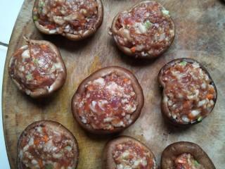 酿香菇,把肉馅放入香菇~尽量填实!(可以在装馅子之前~在香菇背面画十字~画的稍微深一点~这样煎的时候才会开花( • ̀ω•́ )✧)