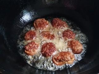 酿香菇,油放的要够多~先把肉馅的一面朝下煎至金黄~然后翻面继续煎~接着捞出来装盘~上锅蒸5~8分钟~油菜在开水里过一下~捞出备用~(不小心火开大了~煎的有点过(..•˘^˘•..))