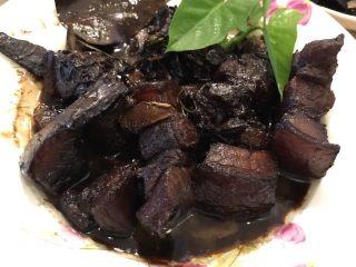 红烧五花猪肉,出锅!放上一些青叶或者薄荷叶!