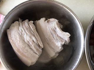 红烧五花猪肉,取出