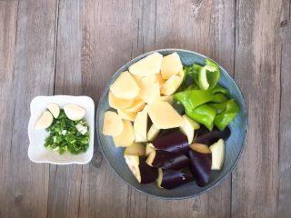 家常版地三鮮,蔥切蔥花 茄子,辣椒,土豆切成滾刀塊。