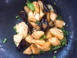 家常版地三鮮,放入剛才炸好的蔬菜塊。
