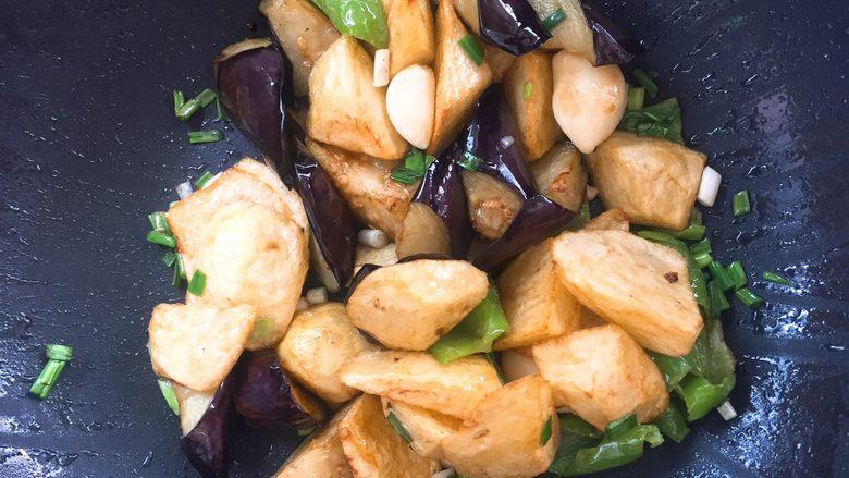家常版地三鲜,放入刚才炸好的蔬菜块。