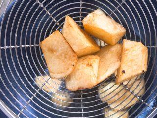 家常版地三鮮,炸好的土豆表面金黃,因為土豆比較難熟,所以需要炸的時間久一些。用中火炸制,不要大火炸糊了。 ????注意這里的食材都需要炸熟了。
