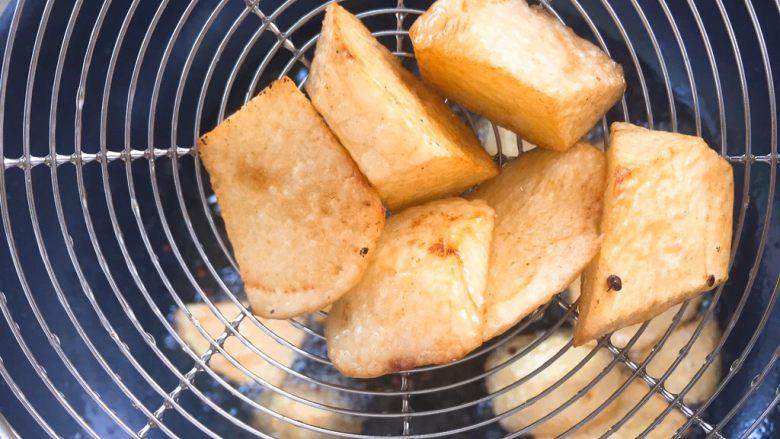 家常版地三鲜,炸好的土豆表面金黄,因为土豆比较难熟,所以需要炸的时间久一些。用中火炸制,不要大火炸糊了。 ⚠️⚠️注意这里的食材都需要炸熟了。
