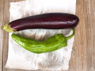家常版地三鮮,茄子辣椒洗干凈后,用廚房用紙,吸干蔬菜表面的水分。