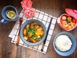 家常版地三鮮,裝盤,盛米,就可以吃了。