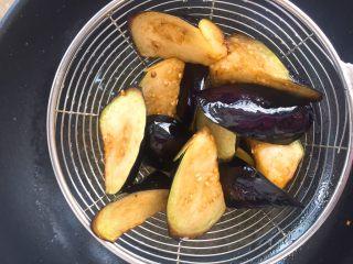 家常版地三鮮,炸好的茄子,表面微微焦黃。