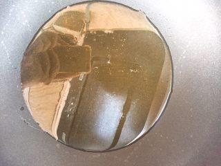 家常版地三鮮,鍋里放適量的油。