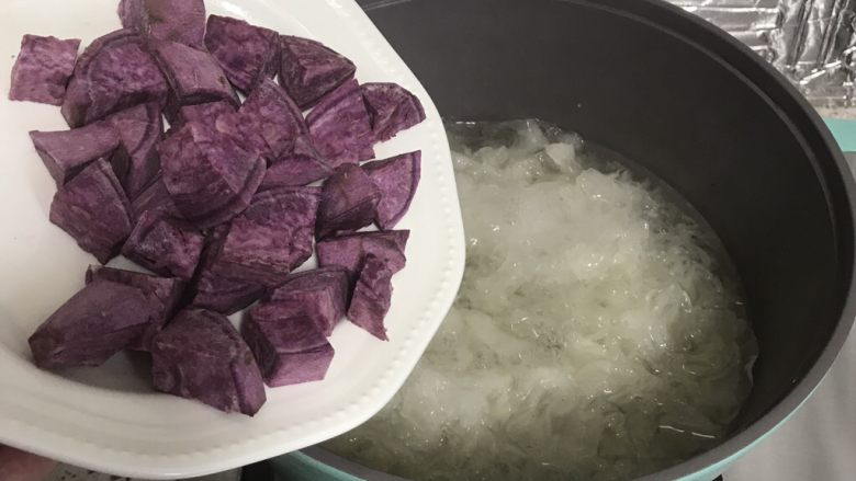 紫薯银耳汤,银耳粘稠后,揭盖下入紫薯
