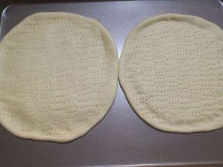 鲜虾火腿披萨,5.在上面用叉子戳一些小洞,盖上保鲜膜,静置20分钟。静置的时候我们可以处理别的食材。