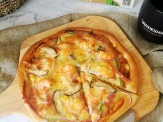 鲜虾火腿披萨,烤好乘热吃,拉丝的芝士,丰富的食材,有嚼劲的饼底,好满足