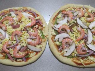 鲜虾火腿披萨,食材和芝士碎交错这撒在饼皮上,最后摆上剥壳的虾仁。