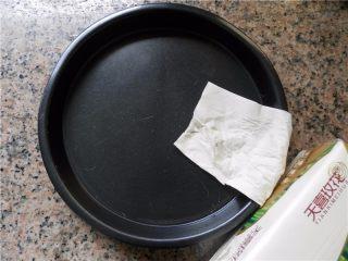 蜂蜜烤南瓜,用纸擦干洗净的9寸披萨盘(用天喜玫花抽纸)。