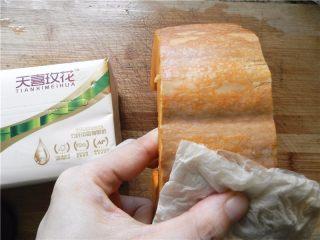 蜂蜜烤南瓜,南瓜连皮洗干净,用天喜玫花抽纸擦干皮和表面(天喜玫花纸巾:健康不漂白,吸水吸油,不掉纸屑,100%竹浆制作,用起来安全又放心)。