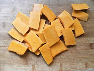 蜂蜜烤南瓜,南瓜切成厚片,可随自己切成什么形状和厚度(我切成不到1CM的厚度)。