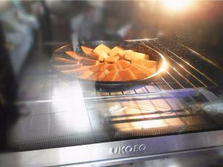 蜂蜜烤南瓜,烤箱不用预热,170度中层,放入南瓜盘先烤18分钟(如果南瓜切得厚,烤的时间相对较长,大概25分钟左右)。