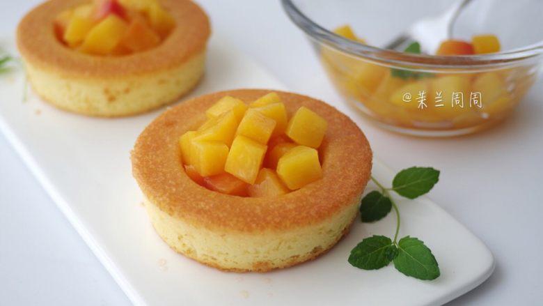 黄桃海绵蛋糕,23、在蛋糕中间凹进去的地方,放上之前煮好冷却的黄桃块。