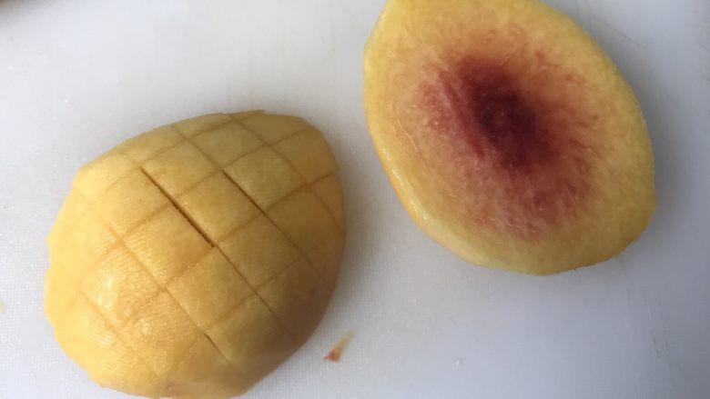 黄桃海绵蛋糕,2、黄桃核的两边,切块,再切小块,约1cm大小立方体。