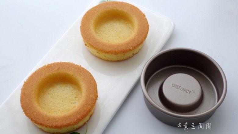黄桃海绵蛋糕,20、如果不是很好脱模,可以先将边缘一圈用脱模刀轻轻划开,再慢慢取出。这个模具取出的蛋糕反转过来正好是一个碗形。