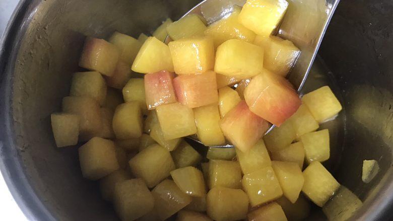 黄桃海绵蛋糕,6、黄桃煮好。边缘有点圆角即可,不要煮太久。黄桃和糖水分开盛入容器。冷却待用。