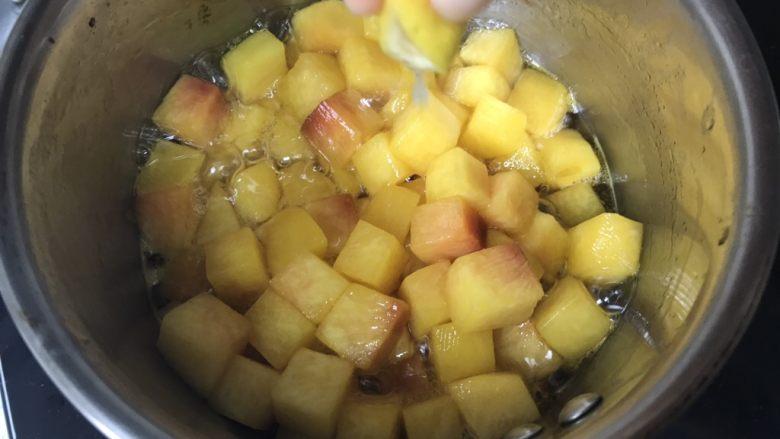 黄桃海绵蛋糕,5、煮至黄桃有点变软的时候,挤点柠檬汁。
